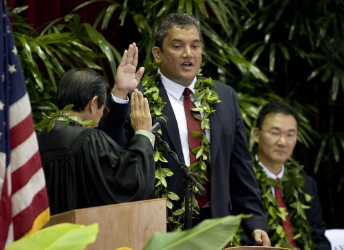 Billy Kenoi, center, recites the oath of office from Judge Ronald Ibarra, left, as Council Chair J. Yoshimoto watches during inaugural ceremonies at Afook-Chinen Civic Auditorium.