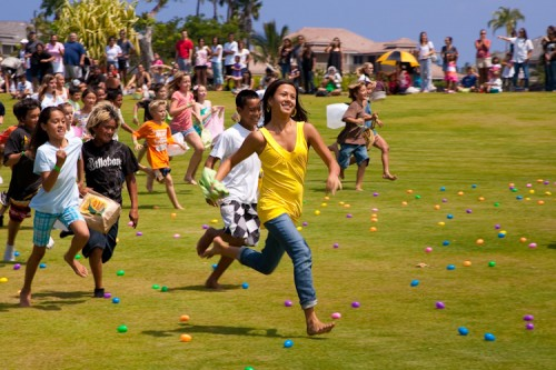 QUEENS MARKETPLACE / MICHAEL DARDEN PHOTOGRAPHY    Kids scamble for Easter eggs during the Great Waikoloa Easter Egg Hunt Saturday at Queens MarketPlace in Waikoloa Resort.