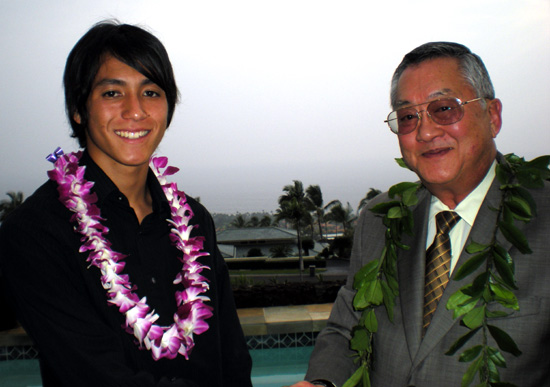 Dane Kim accepts congratulations for his scholarship-winning essay from Chief Justice Ronald Moon. (Hawaii247.com photo by Karin Stanton)