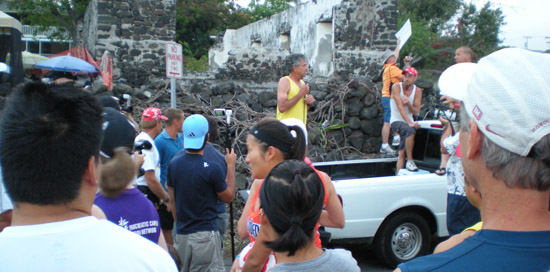 Double Olympic medalist Frank Shorter (in yellow) gives a pre-race pep talk Sunday. (Hawaii247.com photo by Karin Stanton)