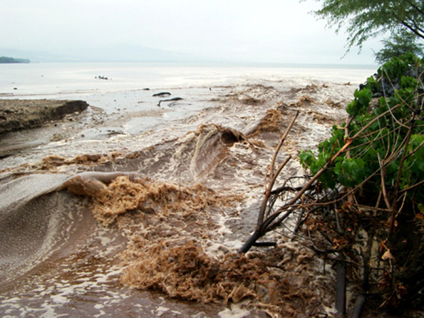Tons of sediment are carried into Pelekane Bay with storm flows like this one in 2003. (Hawaii247.com photo courtesy of Carolyn Stewart)