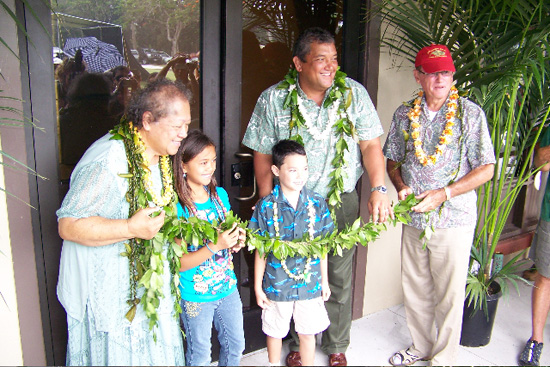 Mayor Billy Kenoi and Councilman Pete Hoffmann are joined Saturday by keiki and kupuna to untie a maile lei and reopen Hisaoka Gym at Kamehameha Park. (Hawaii247 photo courtesy of Bobby Command)