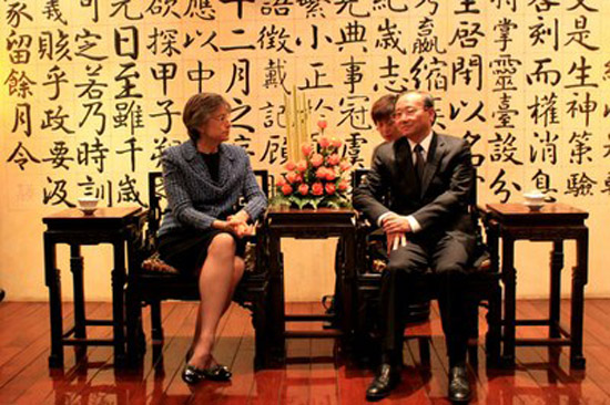 Gov. Linda Lingle meets with Shao Qiwei, chairman of the China National Tourism Administration. (Photo courtesy of The Governor's Office)
