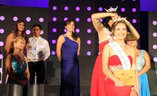 Miss Kona Coffee 2015 Ariel Enriquez pins the crown on Miss Kona Coffee 2016 Polanimakamae Kahakalau. (Hawaii 24/7 photo by Karin Stanton)