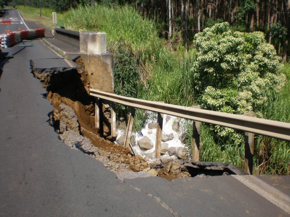 Damage along Hawaii Belt Road at Kawaili Bridge, near Paauilo, following the Kīholo Bay and Māhukona earthquakes of October 15, 2006. USGS photo.