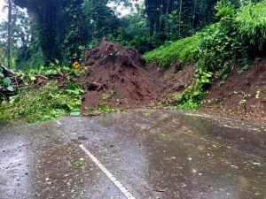 Landslide blocking both lanes of Akoni Pule Highway (Route 270) near the 25 mile marker. HDOT Photo.
